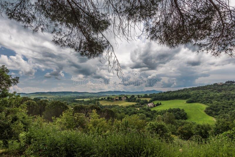 Weergeven van het Toscaanse platteland van het dorp van Bagno Vignoni stock foto's