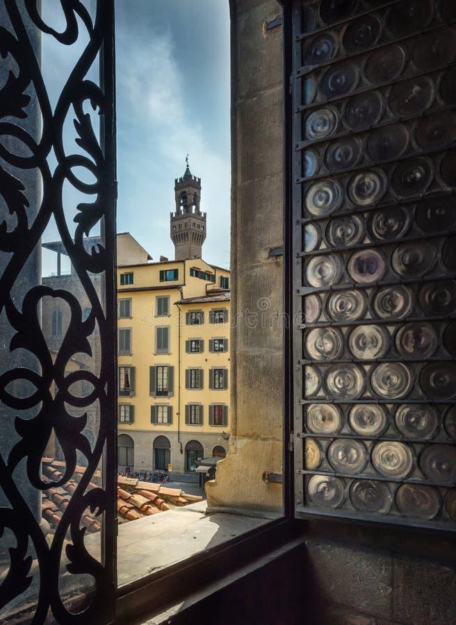 Weergeven van het uitstekende venster van de oude stad Florence, Italië stock afbeelding
