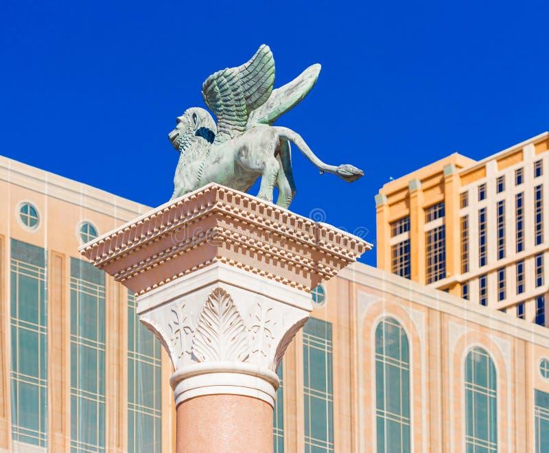Weergeven van het Venetiaanse standbeeld de 'Leeuw van St Teken ', Las Vegas, Nevada, de V.S. Geïsoleerd op blauwe achtergrond royalty-vrije stock afbeeldingen