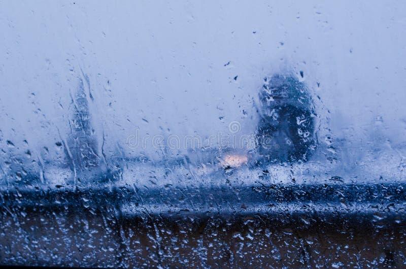 Weergeven van het venster op een nat de winterlandschap Natte sneeuw en witte daken stock foto's