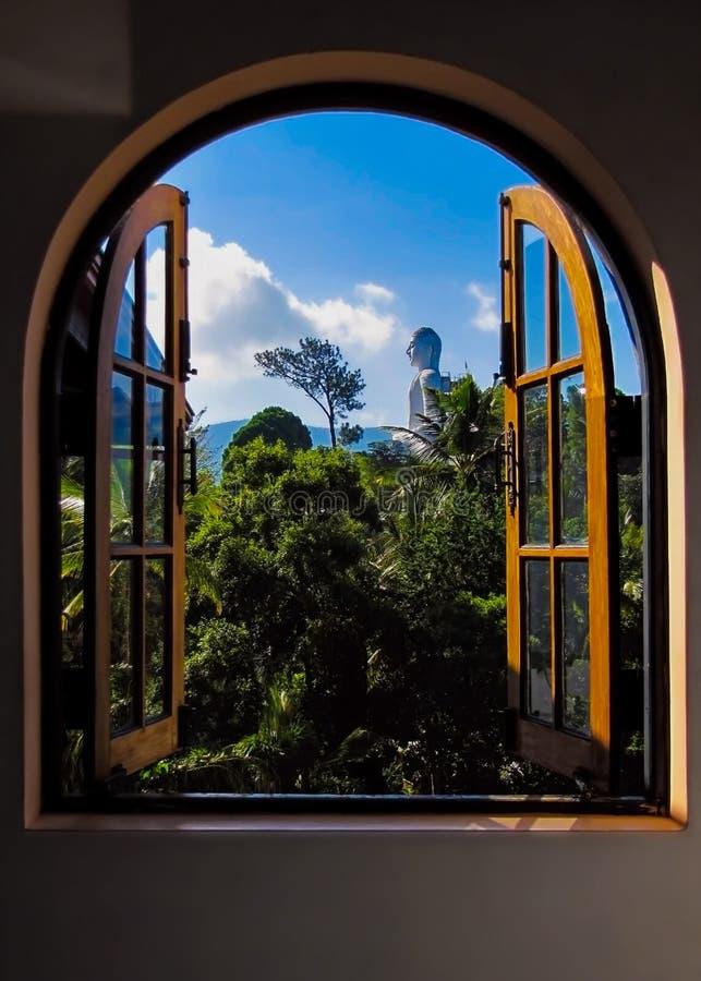 Weergeven van het venster op het standbeeld van Boedha stock fotografie