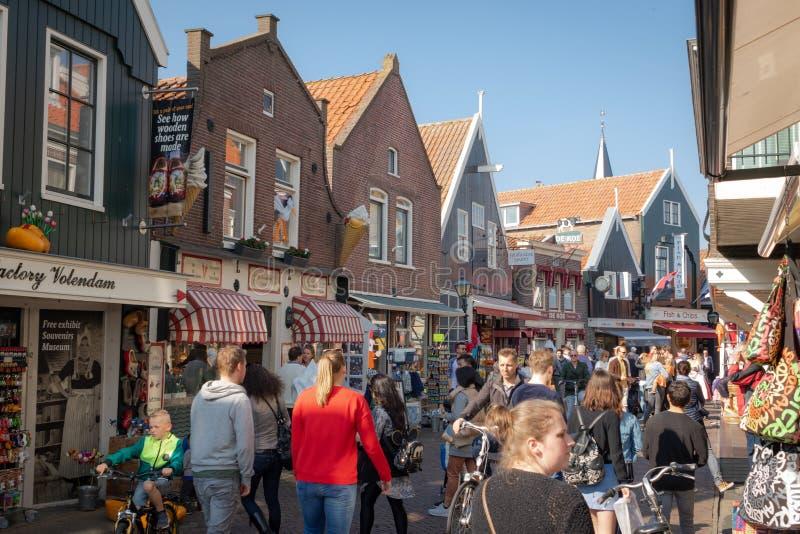 Weergeven van het visserijdorp van Volendam en een hoofd het winkelen straat in de haven royalty-vrije stock afbeeldingen