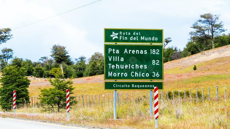 Weergeven van het wegschild met de afstand aan de stadspta Arena's 182 km, Villa Tehuelches 82 km, Morro Chico 36 km, Patagonië, stock foto