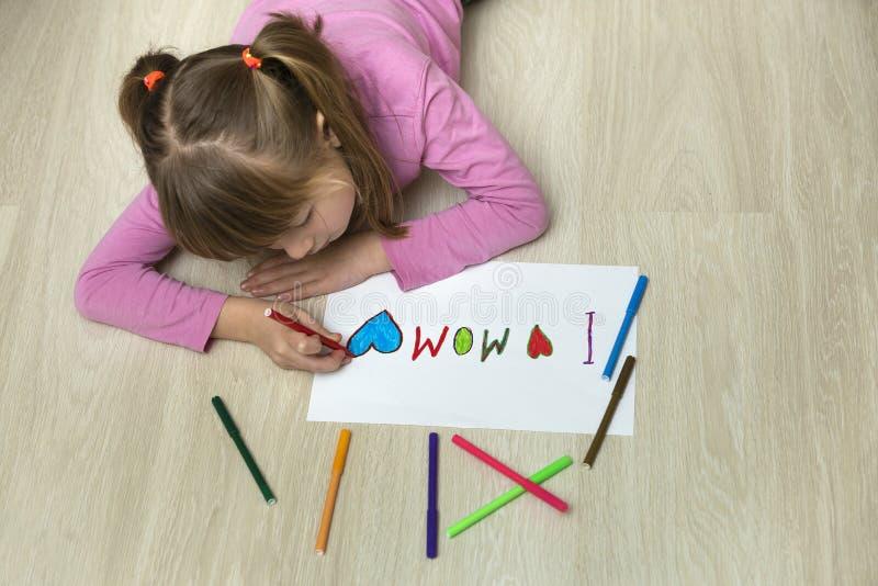 Weergeven van hierboven van de leuke tekening van het kindmeisje met kleurrijke kleurpotloden I liefdemamma op Witboek Kunstonder royalty-vrije stock foto