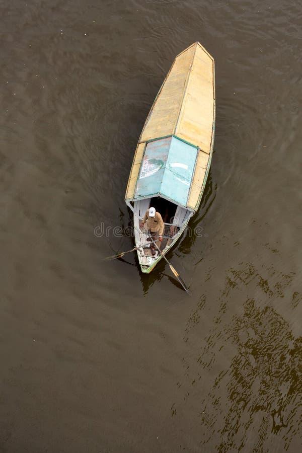 Weergeven van hierboven van een het watertaxi van de tambangsampan royalty-vrije stock afbeelding