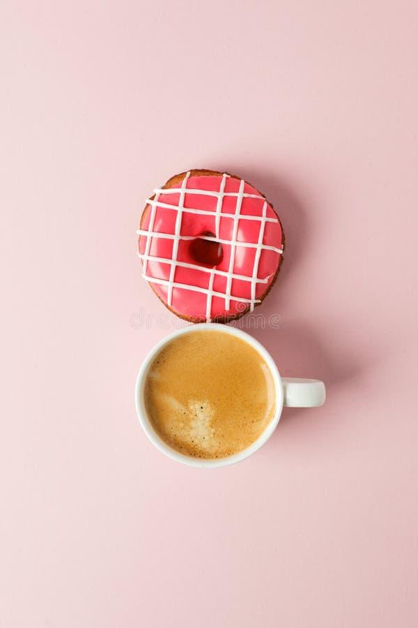 Weergeven van hierboven met kop van koffie en de roze ruimte van het doughnutexemplaar Vrouwendag, 8 Maart Roze achtergrond Vrouw royalty-vrije stock afbeelding