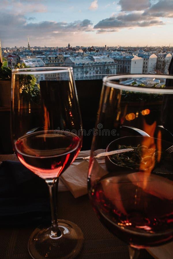 Weergeven van historisch deel van de stad van St. Petersburg vanaf de bovenkant door de glazen wijn royalty-vrije stock fotografie