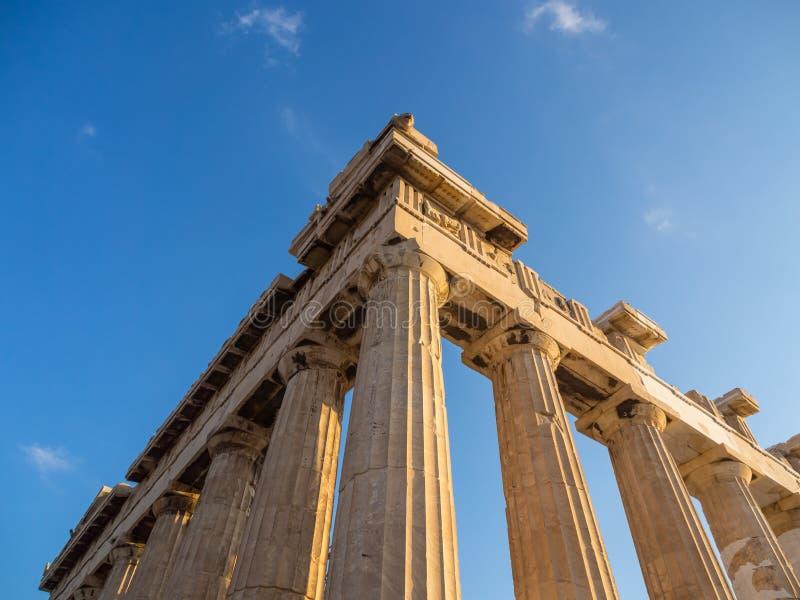 Weergeven van hoek van Parthenon en zijn kolommen op Akropolis, Athene, Griekenland tegen blauwe hemel royalty-vrije stock afbeeldingen
