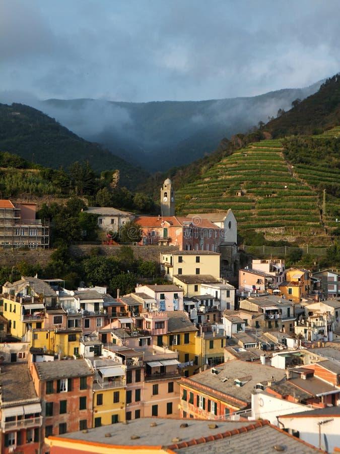 Weergeven van huizen en heuvels in Vernazza door zon worden aangestoken te plaatsen die royalty-vrije stock afbeelding