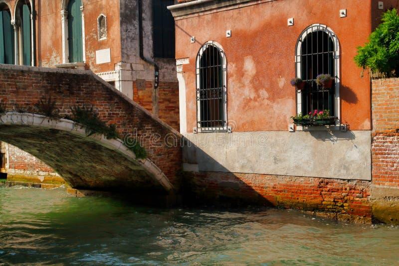 Weergeven van huizen en kanaalstraat met brug in de oude stad Venetië Italië stock foto