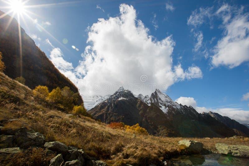 Weergeven van Ine-piek en Dzhuguturluchat-berg bij de herfst stock afbeelding