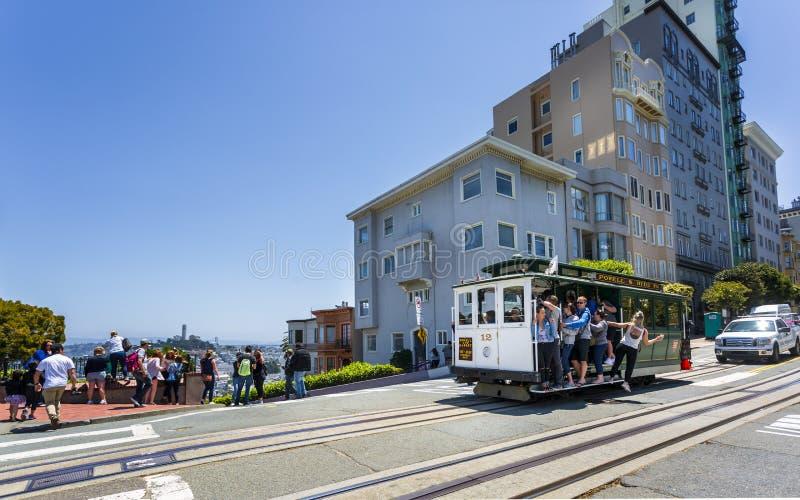 Weergeven van kabelwagen en Lombard Street, San Francisco, Californië, de Verenigde Staten van Amerika, Noord-Amerika stock afbeeldingen