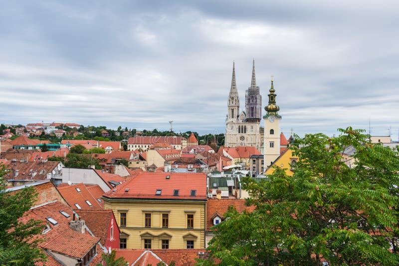 Weergeven van kathedraal en kerkentorens over de daken in Zagreb, Kroatië royalty-vrije stock foto's