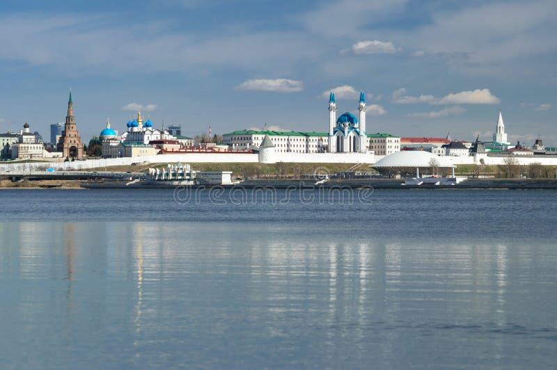 Weergeven van Kazan het Kremlin van Kazanka-rivier, Republiek Tatarstan royalty-vrije stock afbeeldingen
