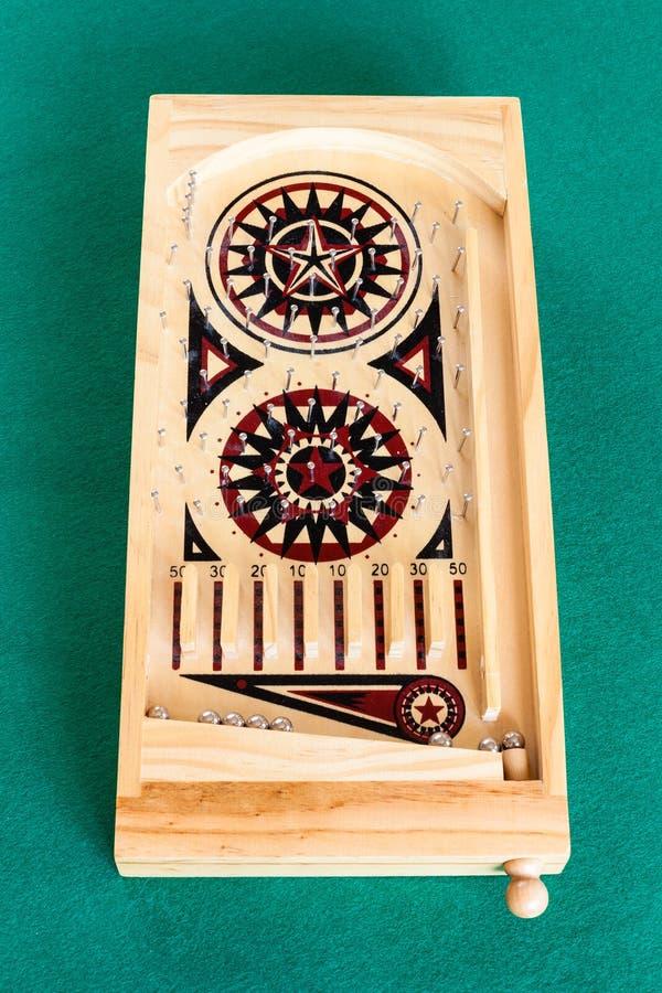 Weergeven van klein houten uitstekend flipperspelspel op lijst royalty-vrije stock foto