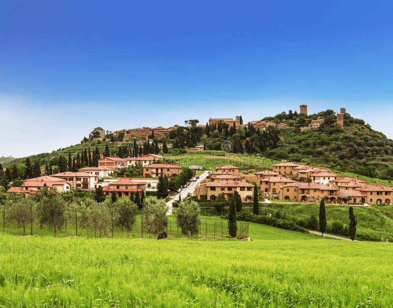 Weergeven van kleine Italiaanse stad Montichello royalty-vrije stock afbeelding