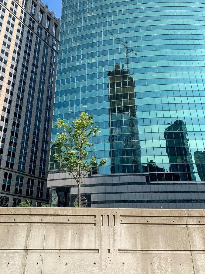 Weergeven van kleurrijke wolkenkrabber en concrete muurbarrière die hoger Wacker-Dr. scheiden van de Rivier van Chicago, met engr royalty-vrije stock afbeeldingen