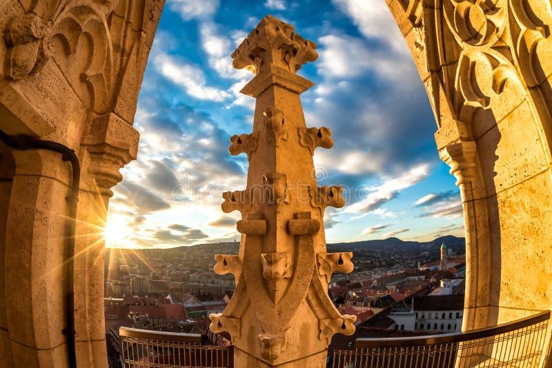 Weergeven van klokketoren van de kerk van Matthias Boedapest, Hongarije royalty-vrije stock foto's