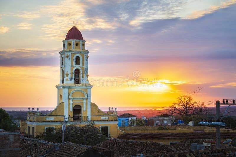 Weergeven van Klokketoren en Trinidad bij zonsondergang stock foto's