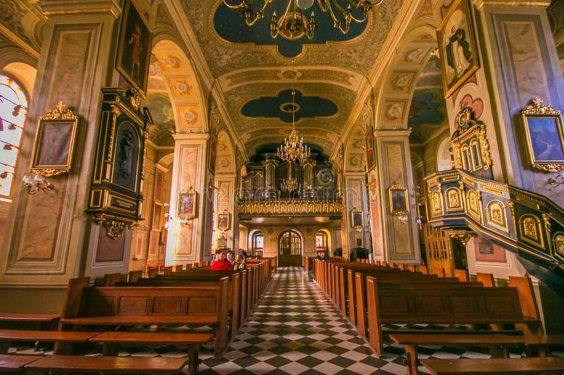 Weergeven van KoÅ› cià ³ Å 'pw Å› w Klemensakerk in het historische centrum van Wieliczka-dorp in Polen op zondagochtend royalty-vrije stock afbeeldingen