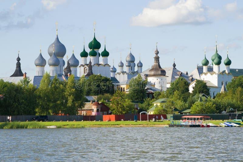Weergeven van koepels van het Kremlin van Rostov Veliky Yaroslavlgebied, Rusland stock foto's