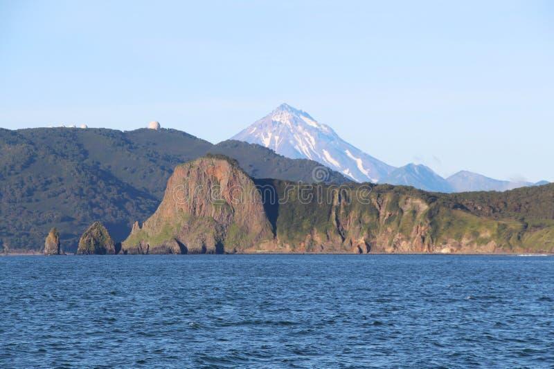 Weergeven van kustlijn van het Schiereiland van Kamchatka, Rusland royalty-vrije stock afbeeldingen