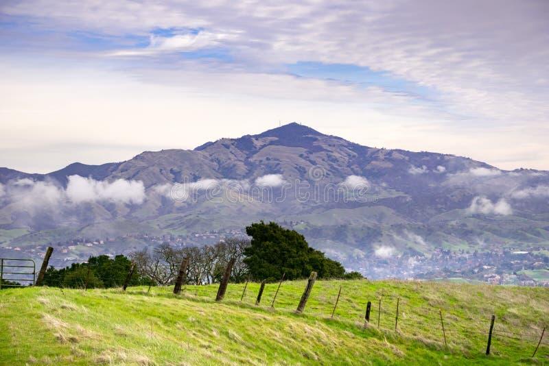 Weergeven van Las Trampas Regional Wilderness naar Onderstel Diablo op een bewolkte, donkere dag, de baaigebied van San Francisco royalty-vrije stock afbeelding