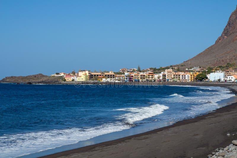 Weergeven van lavastrand in Valle Gran Rey met district van La Playa op achtergrond royalty-vrije stock afbeelding