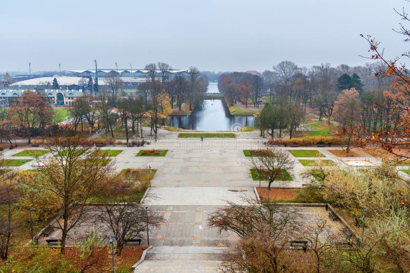 Weergeven van Lazienki-Park of Koninklijk Badenpark met Piaseczyski-Kanaal in de herfst warshau polen stock afbeelding