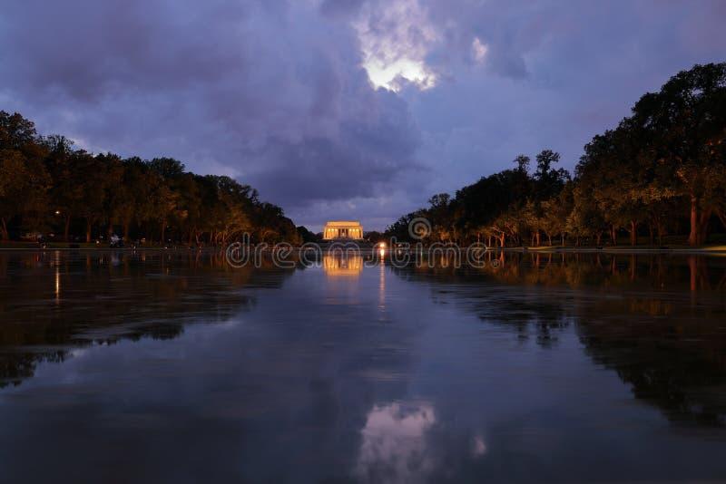 Weergeven van Lincoln Memorial en zijn gedachtengang in Bezinningspool bij nacht met dramatische hemel stock foto