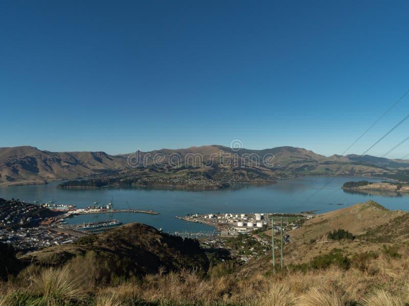 Weergeven van Lyttleton-Haven vanaf de bovenkant van Christchurch-het Ruiterpad van Havenheuvels stock foto's