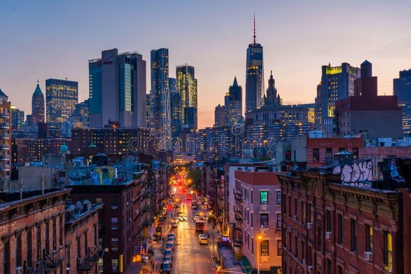 Weergeven van Madison Street en Lower Manhattan bij zonsondergang van de Brug van Manhattan in de Stad van New York royalty-vrije stock afbeelding