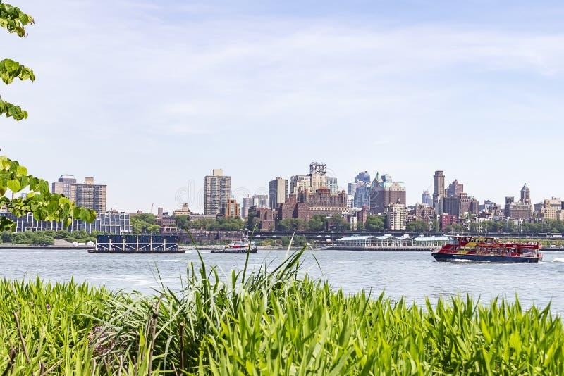 Weergeven van Manhattan op de Rivier van het Oosten met in de Hoogten achtergrond van Brooklyn, New York, Verenigde Staten royalty-vrije stock fotografie