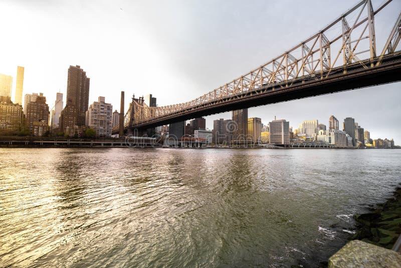 Weergeven van Manhattan, zijn horizon en Brug van ED Koch Queensboro stock foto's