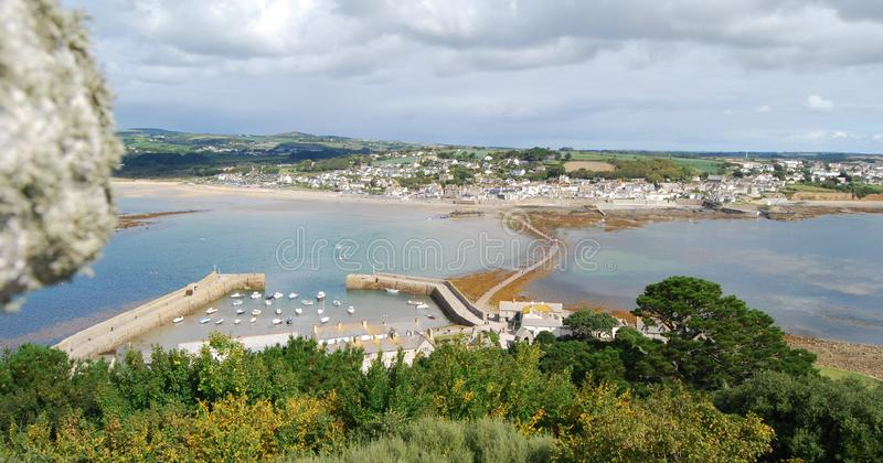 Weergeven van Marazion en verhoogde weg van St Michael Onderstel Cornwall stock fotografie