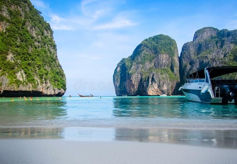Weergeven van Maya Bay Beach met motorboot in voorgrond stock afbeelding