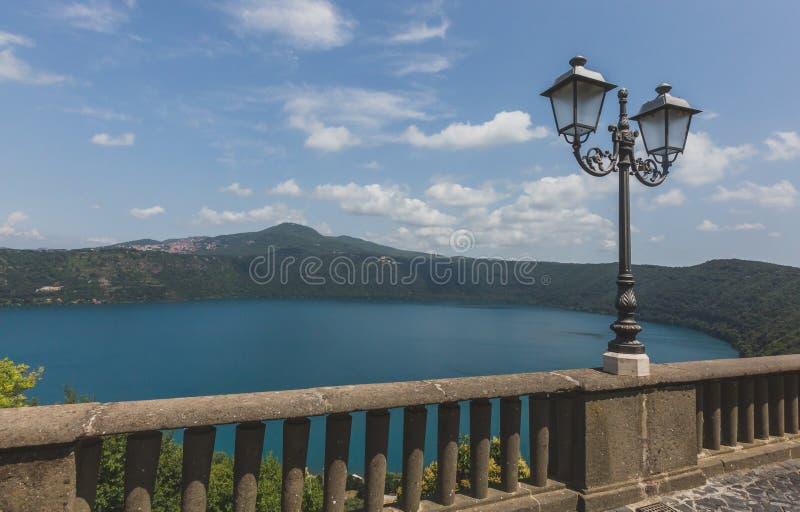 Weergeven van Meer Albano van de stad van Castel Gandolfo, Itali? royalty-vrije stock fotografie