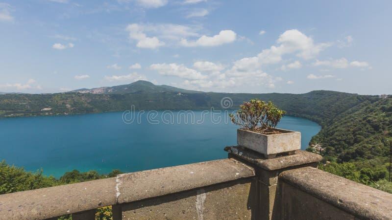 Weergeven van Meer Albano van de stad van Castel Gandolfo, Itali? stock afbeelding