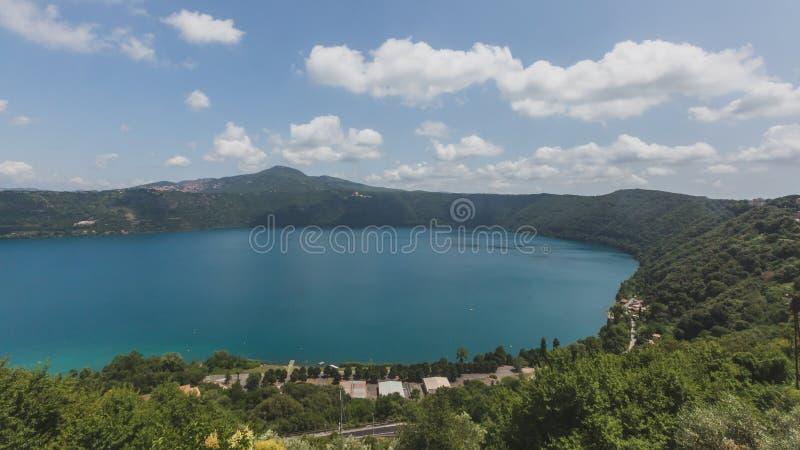 Weergeven van Meer Albano van de stad van Castel Gandolfo, Itali? stock fotografie