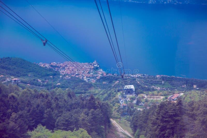 Weergeven van meer Garda en de stad van Malcesine van de kabelbaan aan Monte Baldo stock afbeelding