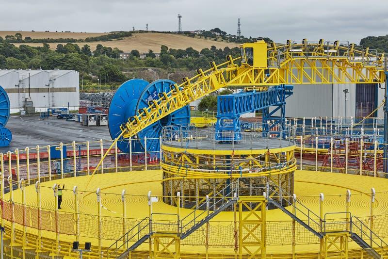 Weergeven van mensen en zware machines te werf in Rosyth, Schotland royalty-vrije stock afbeelding