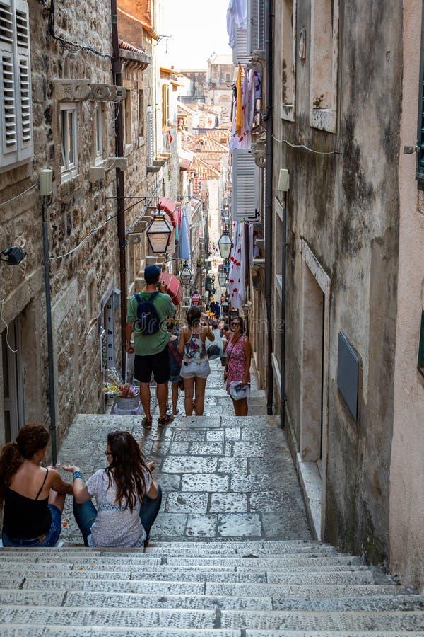 Weergeven van mensen op een smalle straat met steile treden in de oude stad van Dubrovnik Kroatië royalty-vrije stock afbeeldingen