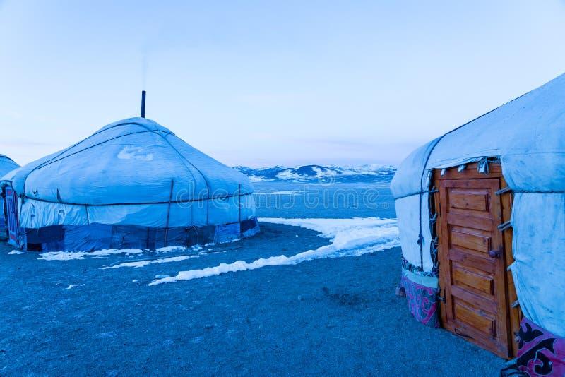 Weergeven van Mongoolse Ger op de grote steppe met sneeuw op de vloer royalty-vrije stock afbeelding