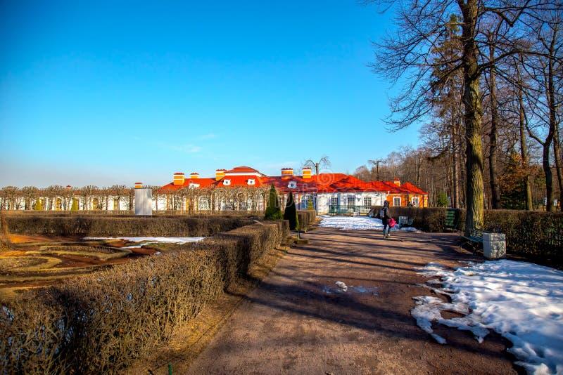 Weergeven van Monplaisir-Paleis in Peterhof-Museum, de vroege lente St Petersburg, Rusland stock foto