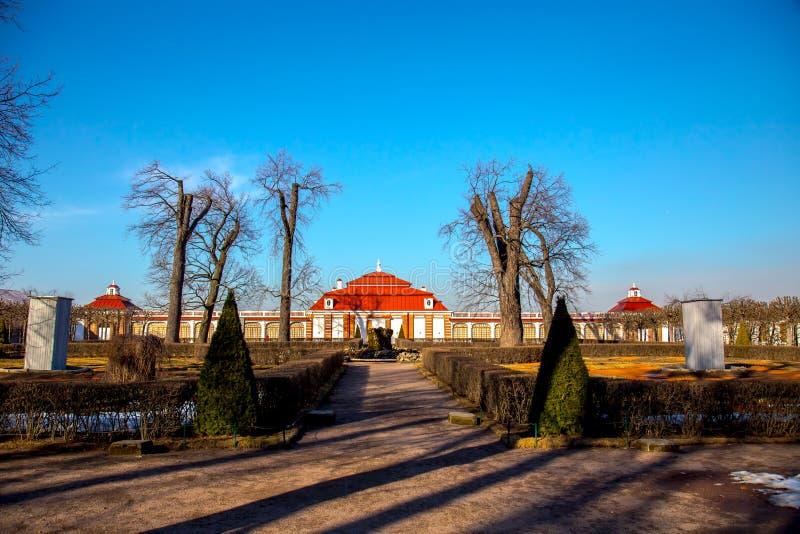 Weergeven van Monplaisir-Paleis in Peterhof-Museum, de vroege lente St Petersburg, Rusland stock afbeeldingen