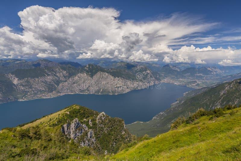 Weergeven van Monte Baldo op meer Garda, Malcesine, Lombardije, Italië stock foto's