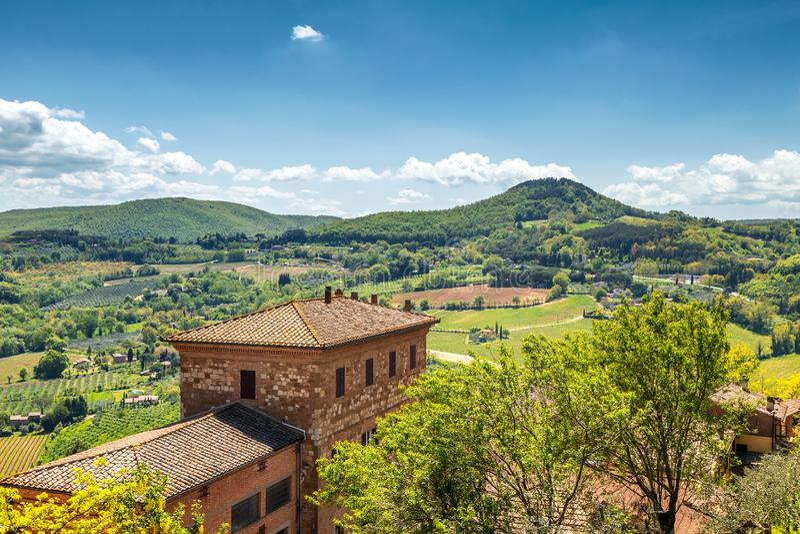 Weergeven van Montepulciano-stad aan het omringende platteland royalty-vrije stock foto's