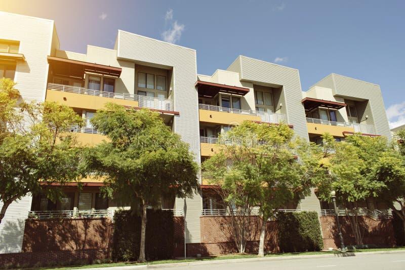 Weergeven van Multifamilie Commercieel Real Estate met Bomen en Hemel stock afbeeldingen