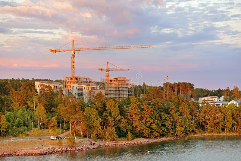 Weergeven van nieuwe districten van Mariehamn Alandkapitaal in avond bij zonsondergang stock fotografie
