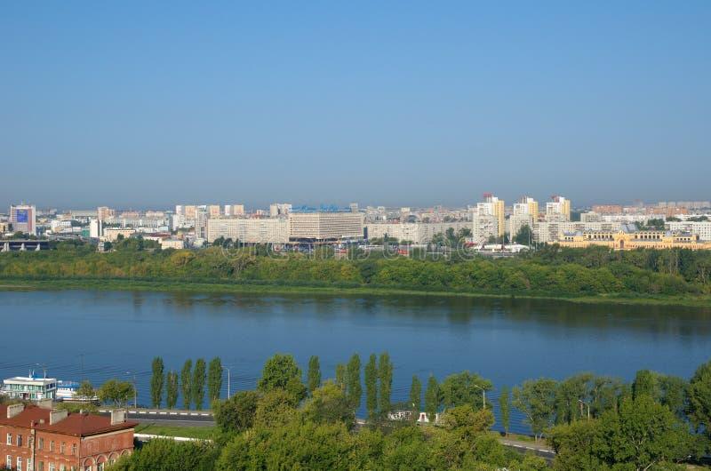 Weergeven van Nizhny Novgorod en de Oka-rivier op een Zonnige de zomerdag, Rusland stock foto's